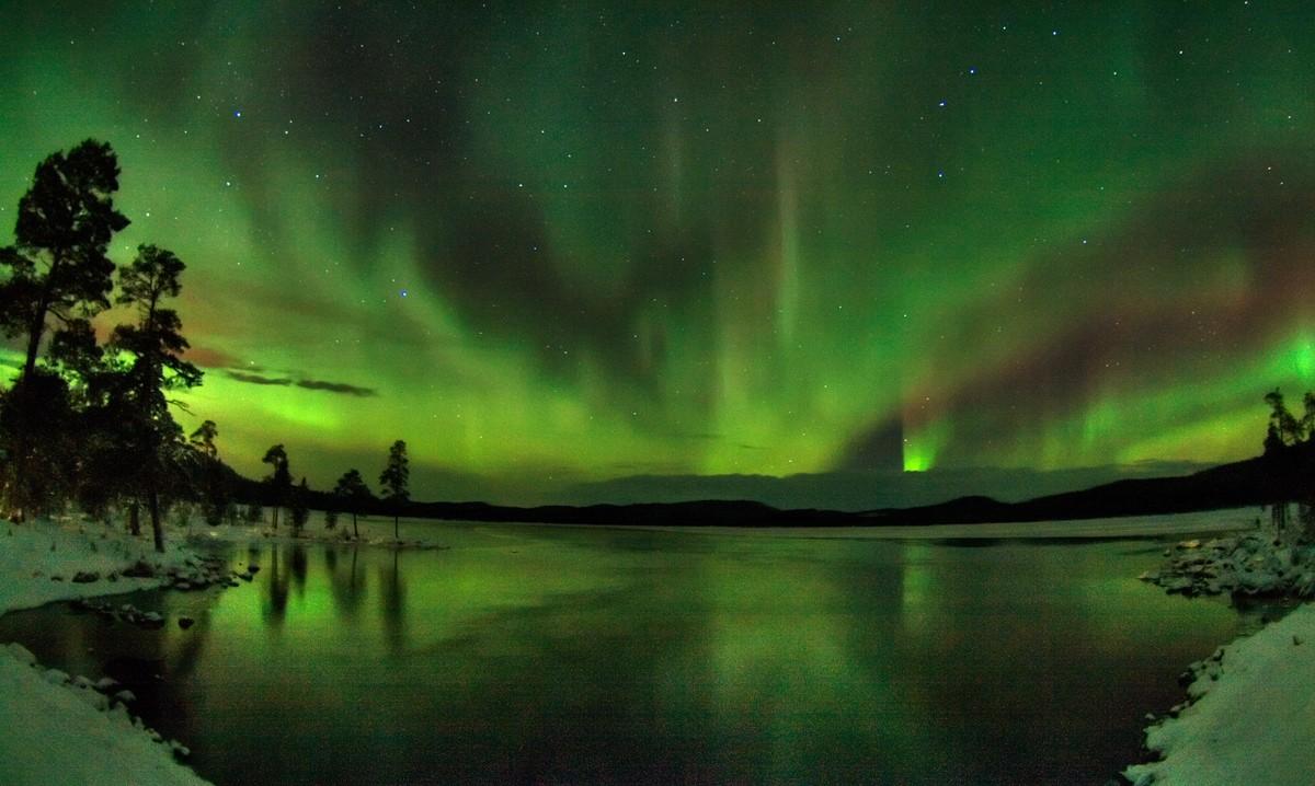 Name:  northern_lights_lake_inari.jpg Views: 661 Size:  210.2 KB